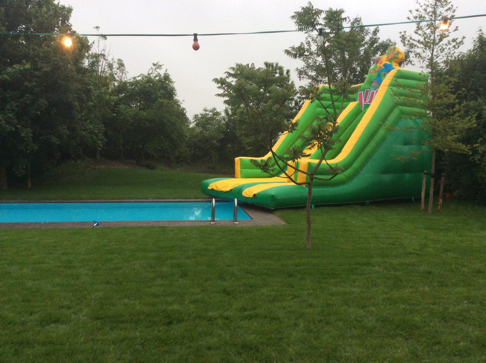 Springkasteel Grote Glijbaan aan zwembad